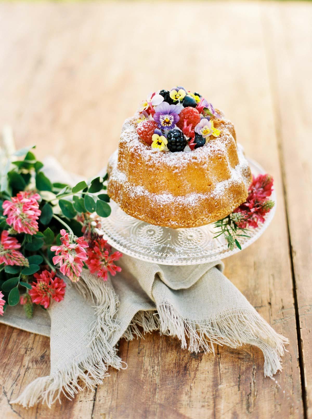 Feiner Gugelhupf mit Beeren und essbaren Blüten
