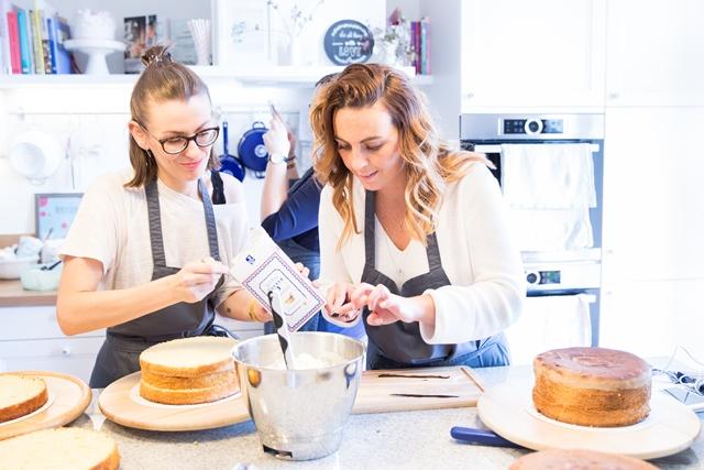 Sarah-Allegr und Stefanie beim Naked Cake Backen mit Hofer und Silvia Fischer