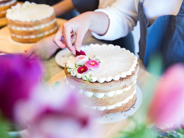 Naked Cake backen und mit essbaren Blumen dekorieren