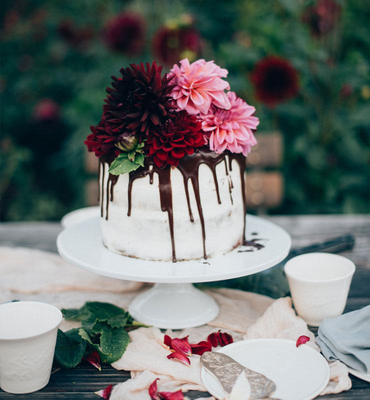 Silvia Fischer. Echte Kuchenliebe. Rezept für Drip Cake Torte mit frischen Blumen