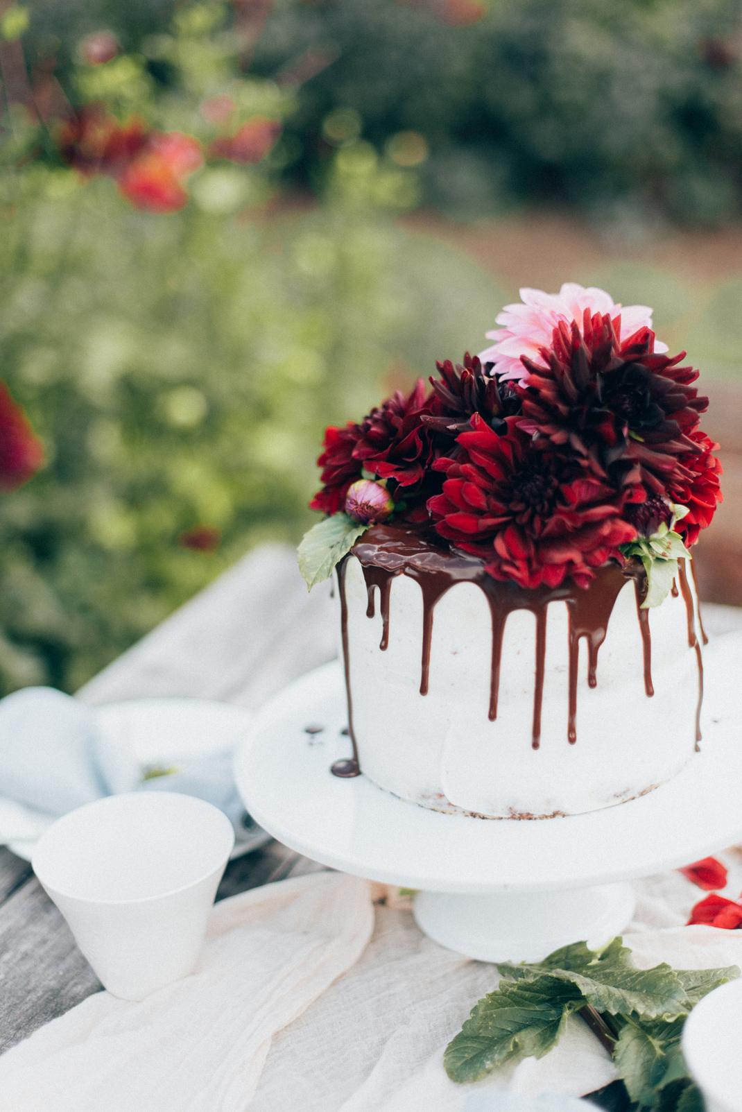Silvia Fischer. Echte Kuchenliebe. Drip Cake Torte mit frischen Blumen