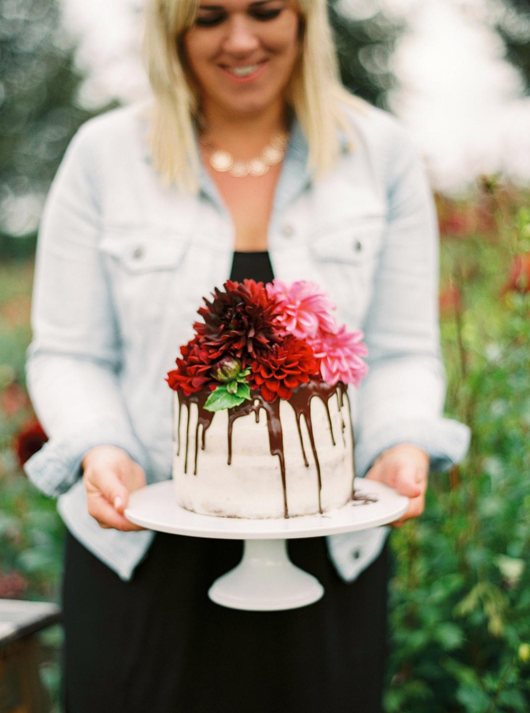 """Silvia Fischer. Echte Kuchenliebe. Torte """"Drip Cake"""" mit frischen Dhalien Blumen"""