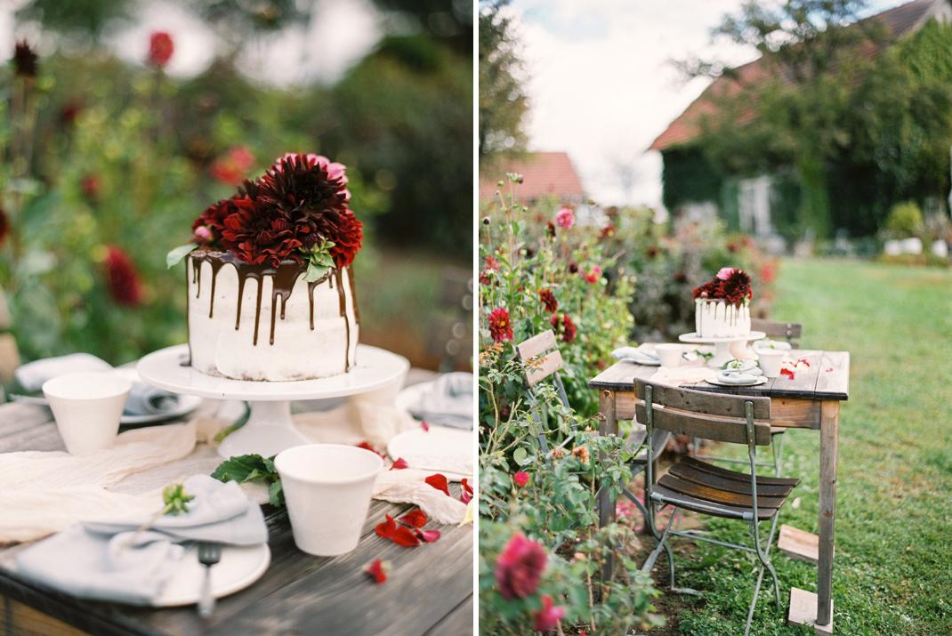 """Silvia Fischer. Echte Kuchenliebe. Torte """"Drip Cake"""" weiß/rot mit frischen Blumen"""