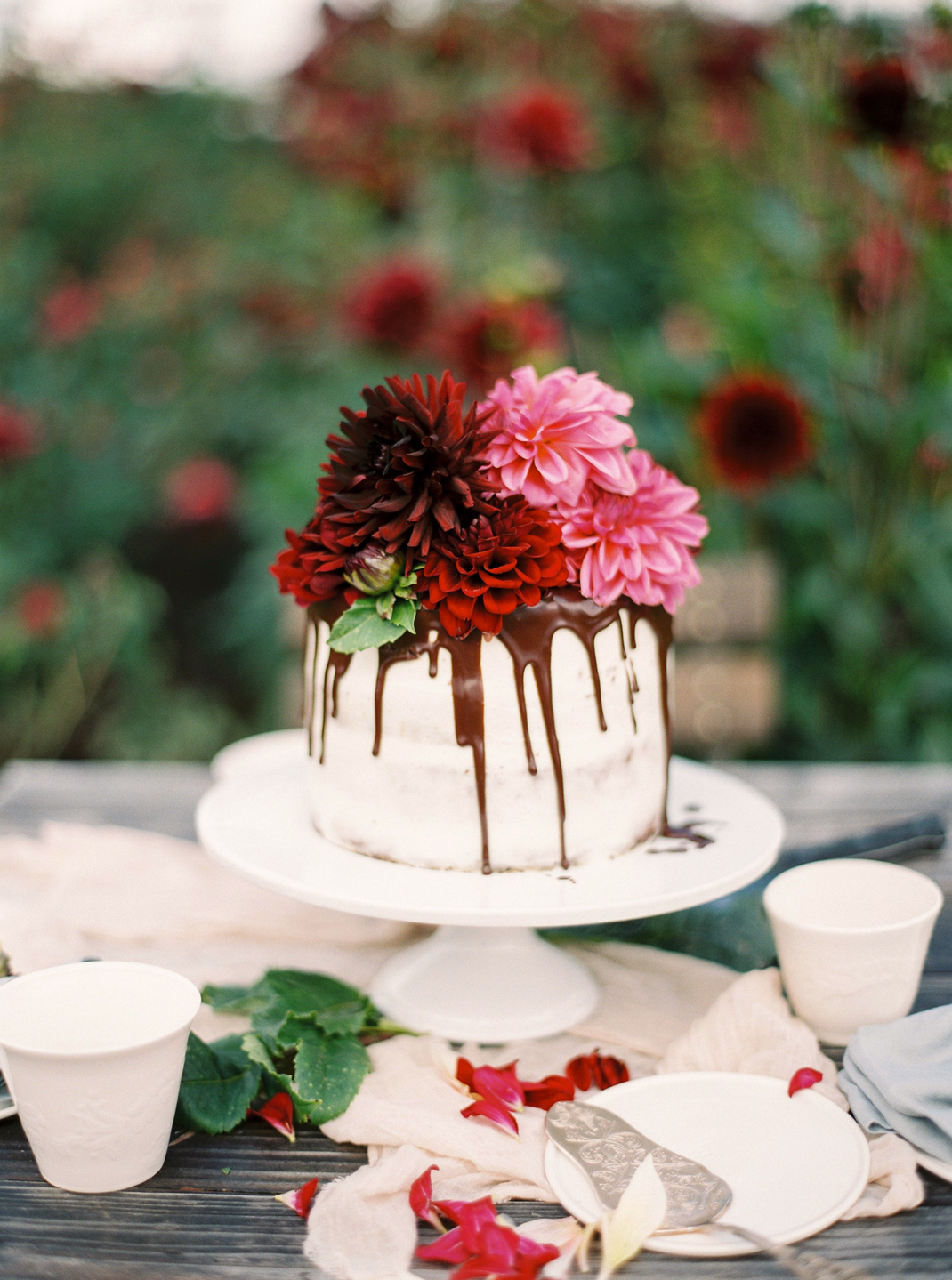 Silvia Fischer. Echte Kuchenliebe. Trendiger Drip Cake mit Schokoglasur und frischen Blumen