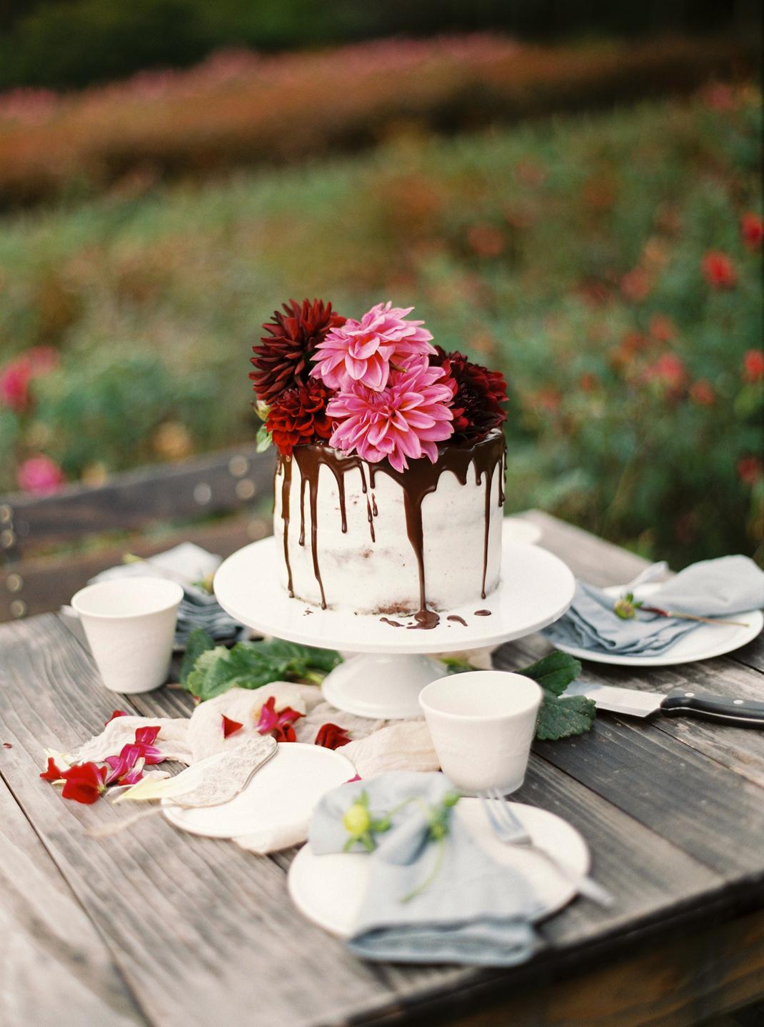 Silvia Fischer. Echte Kuchenliebe. Drip Cake mit Schokoglasur und frischen Blumen