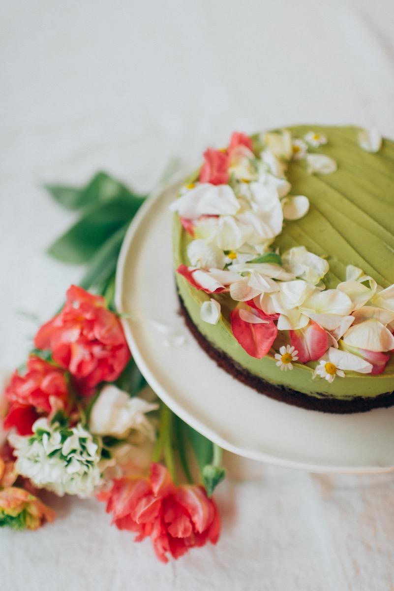 Avocadotorte mit Schokolade und essbaren Blüten für Ostern und Frühling, Silvia Fischer, echte Kuchenliebe
