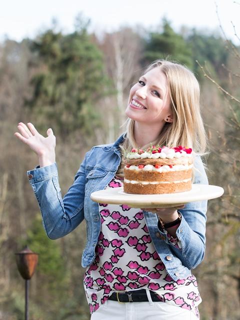 Camilla mit ihrem Naked Cakes. Backen mit Hofer und Silvia Fischer