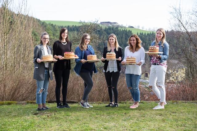 Bloggerinnen mit ihren Naked Cakes. Backkurs mit Hofer und Silvia Fischer