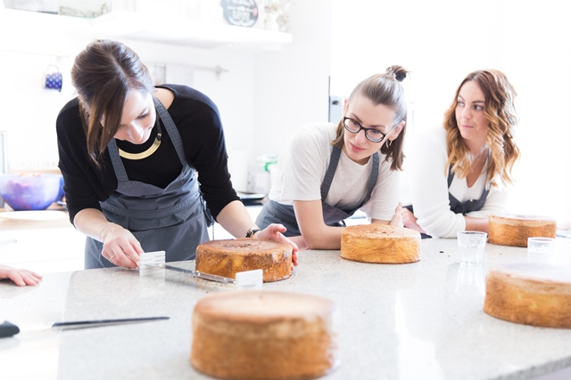 Naked Cake Tortenboden schneiden. Backkurs mit Silvia Fischer